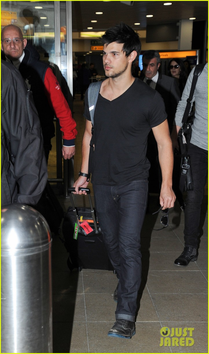 taylor lautner jets off t london 023073322