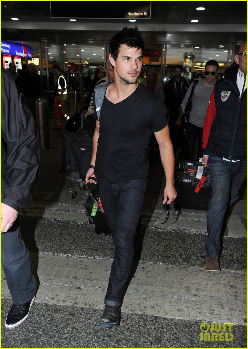 taylor lautner jets off t london 033073323