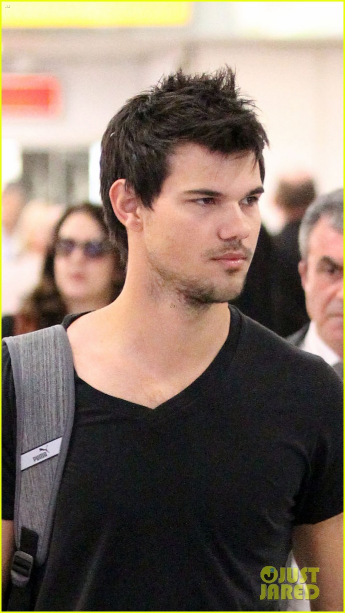 taylor lautner jets off t london 043073324