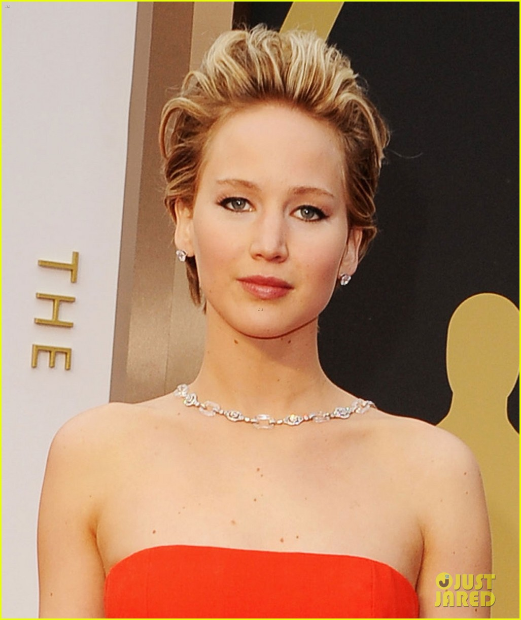 jennifer lawrence falls on oscars red carpet 2014 video 033063836