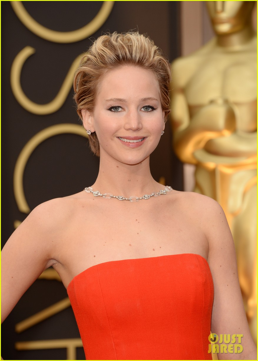 jennifer lawrence falls on oscars red carpet 2014 video 05