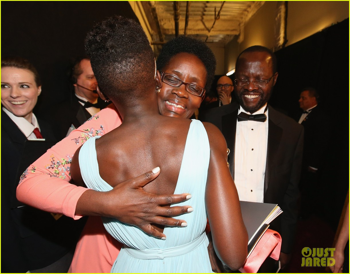 jennifer lawrence tries to steal lupita nyongos oscar backstage see the funny photo 01