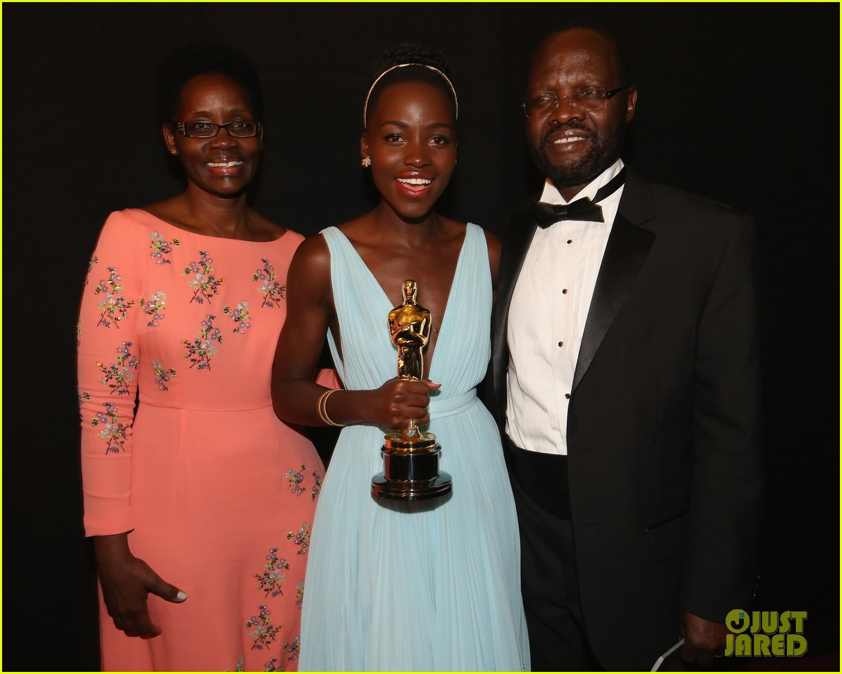 jennifer lawrence tries to steal lupita nyongos oscar backstage see the funny photo 07