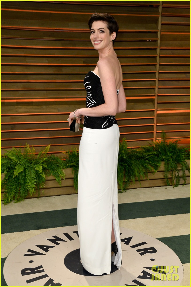 jared leto photobombs anne hathaway at vanity fair oscars party 2014 023064524