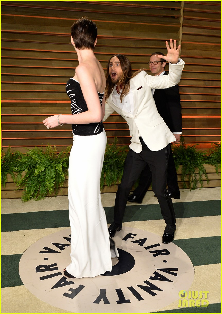 jared leto photobombs anne hathaway at vanity fair oscars party 2014 03