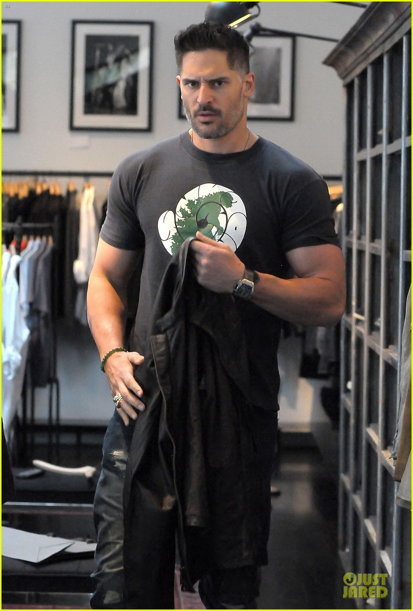 joe manganiello shows off bulging guns at john varvatos 023068301
