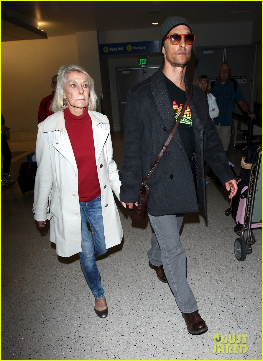 matthew mcconaughey returns from rome with mother mary in hand 023078799