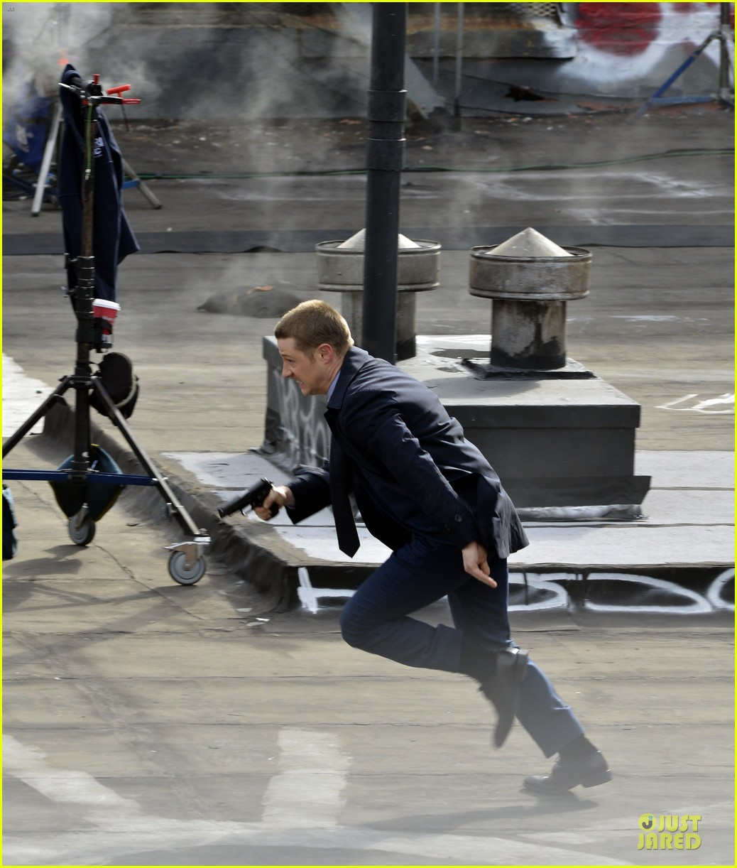 ben mckenzie pulls out a gun for gotham 073073530