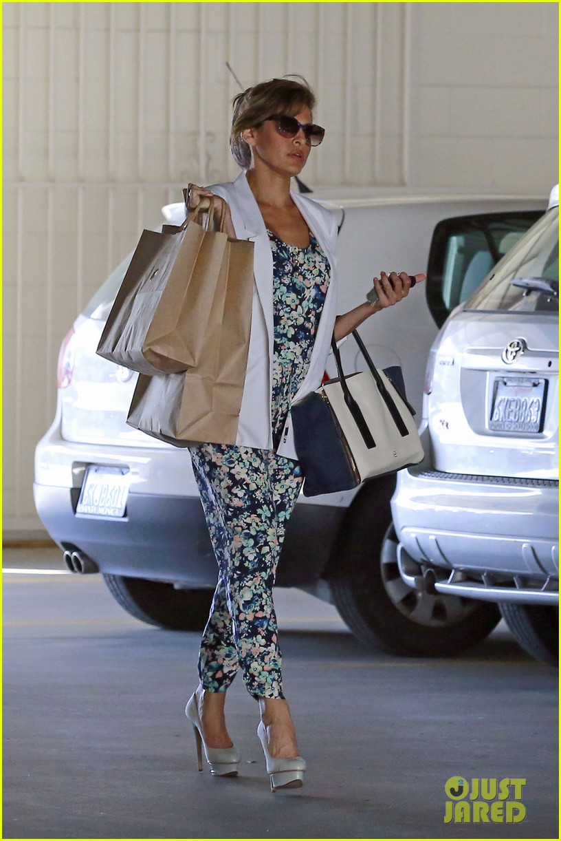 eva mendes is ready for spring in cute floral jumpsuit 04