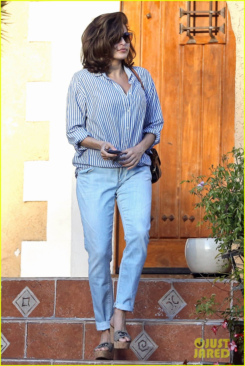 eva mendes visits a friend weho 10