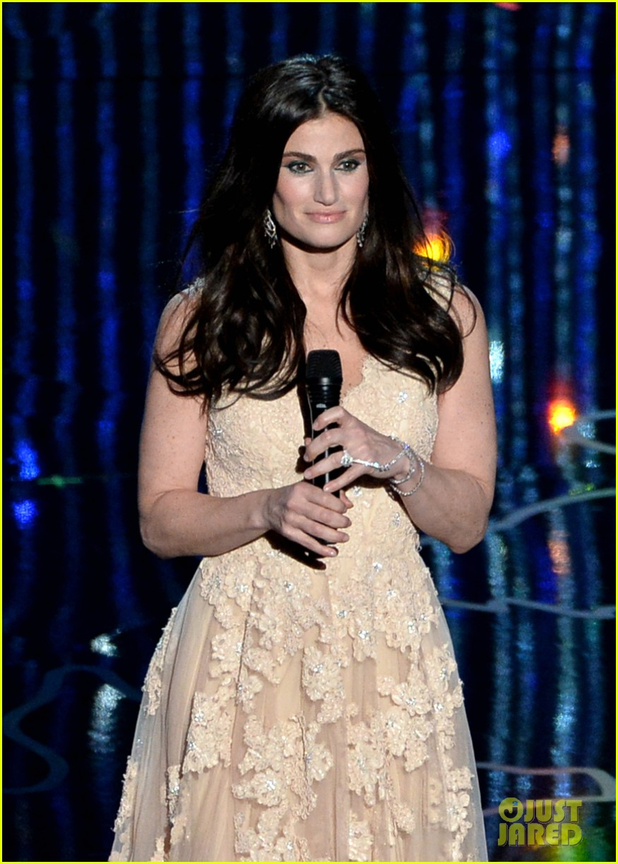 frozens idina menzel performs let it go at oscars 2014 video 01
