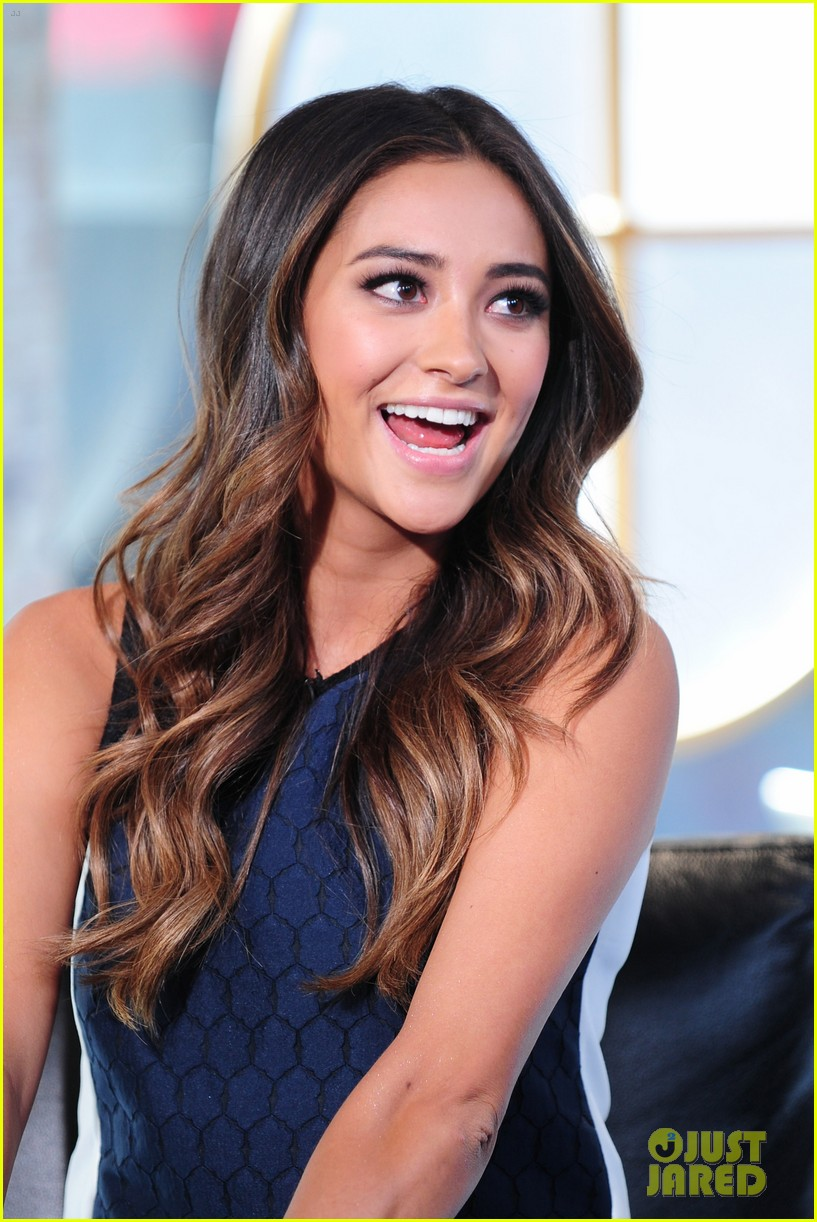shay mitchell is very careful while live tweeting pretty little liars 183074110