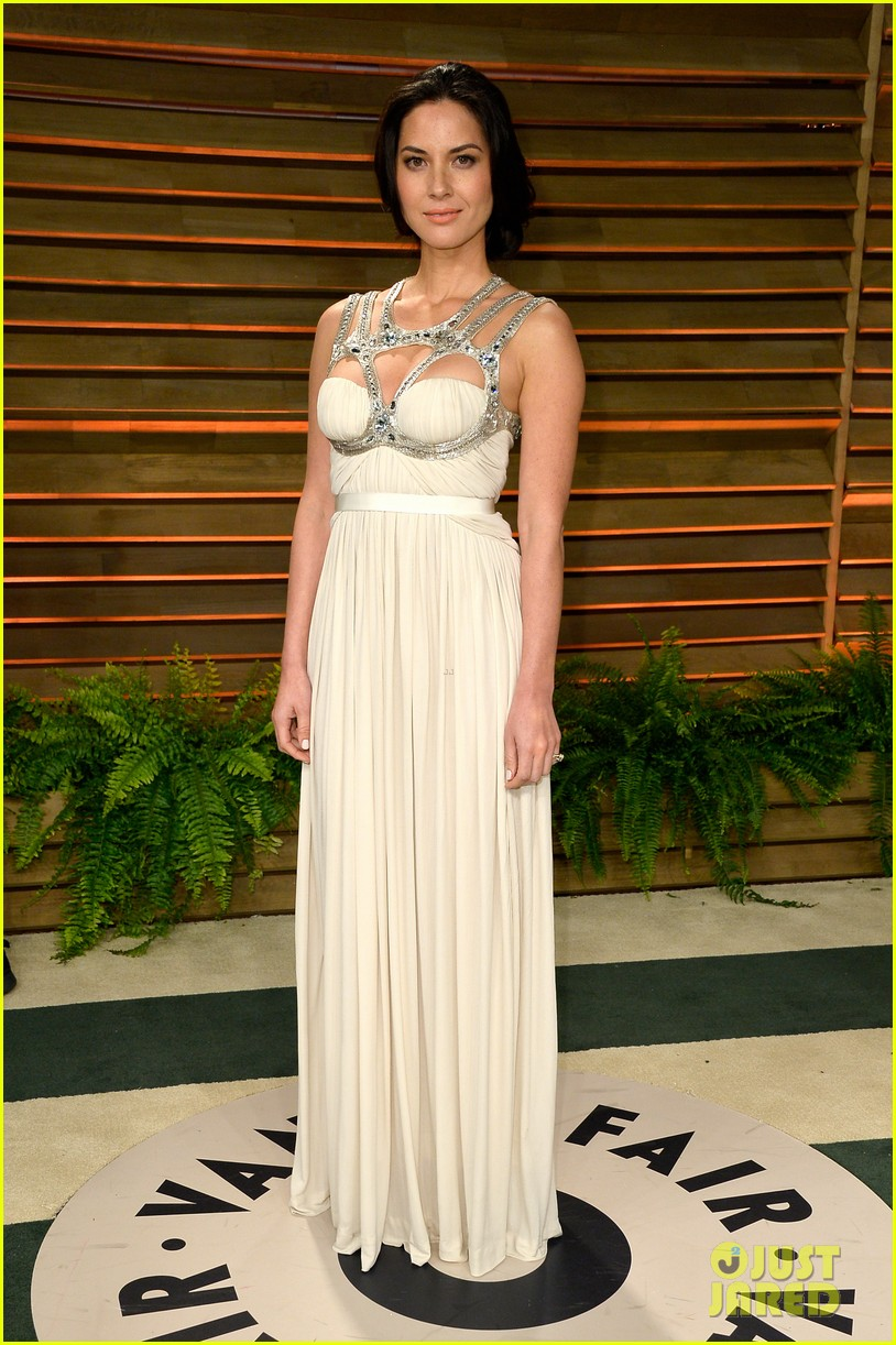 olivia munn shows off her assets at vanity fair oscars party 2014 01