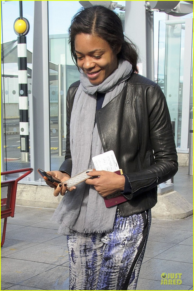 naomie harris is flawless without makeup at heathrow airport 023066145