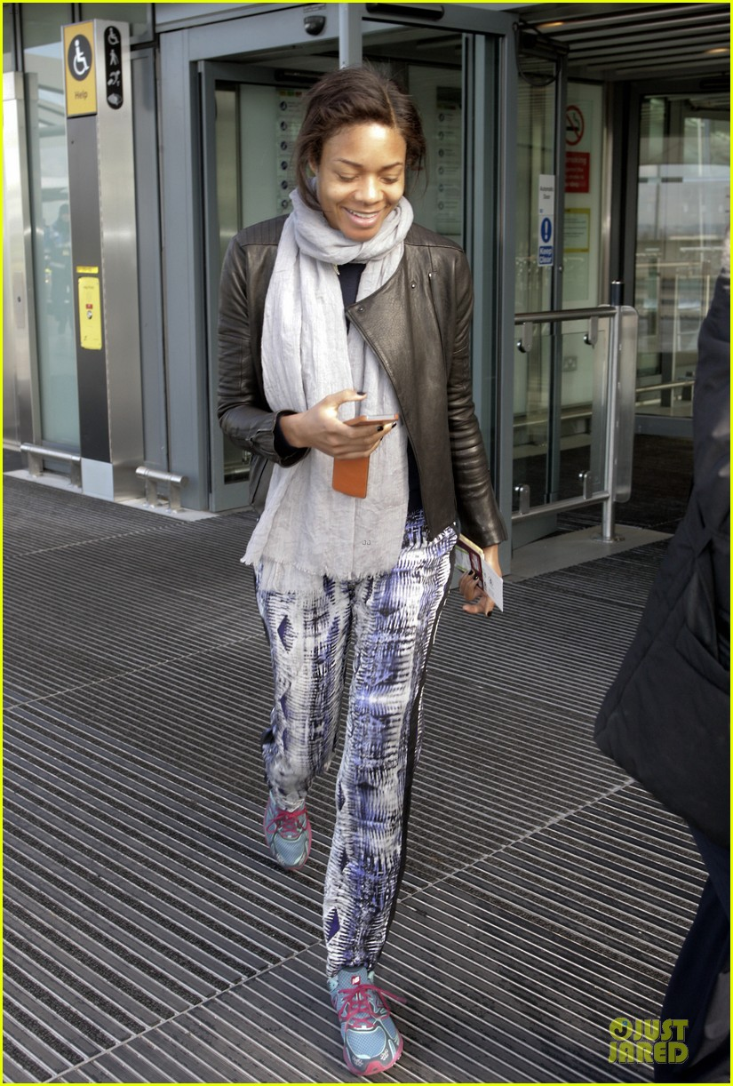 naomie harris is flawless without makeup at heathrow airport 03