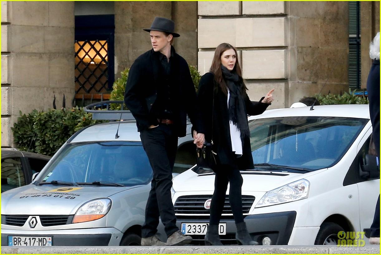 elizabeth olsen boyd holbrook enjoy a romantic kiss in paris 133066257