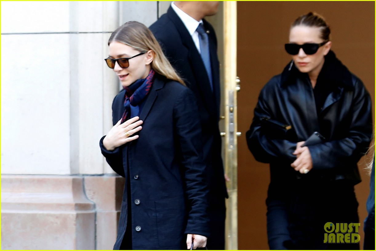 ashley olsen leads the way to louis vuitton mary kate her huge rock follow behind 103067199