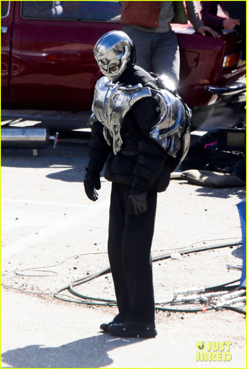 elizabeth olsen aaron taylor johnson avengers 2 set photos 10