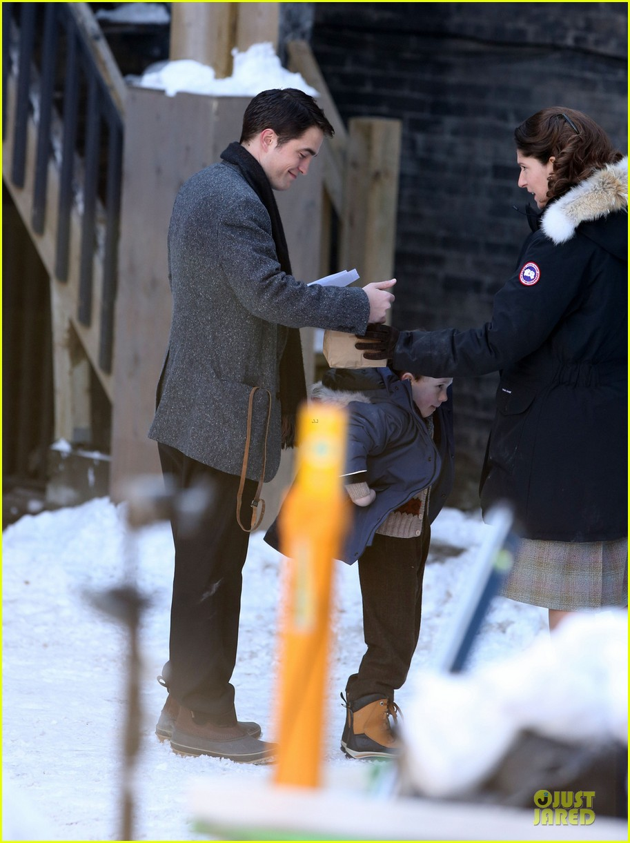 robert pattinson is full of life for snow scenes 01