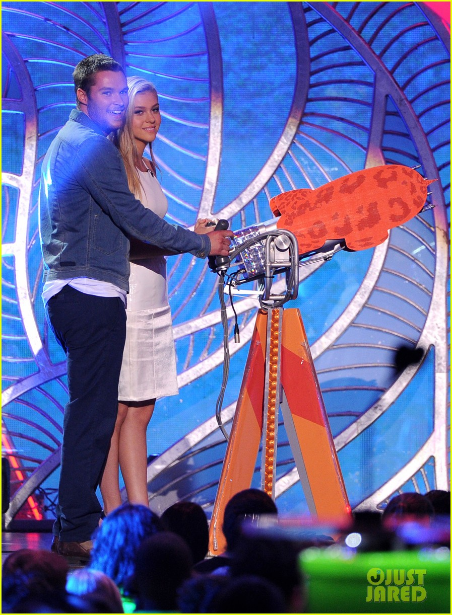 nicola peltz jack reynor kids choice awards 2014 01