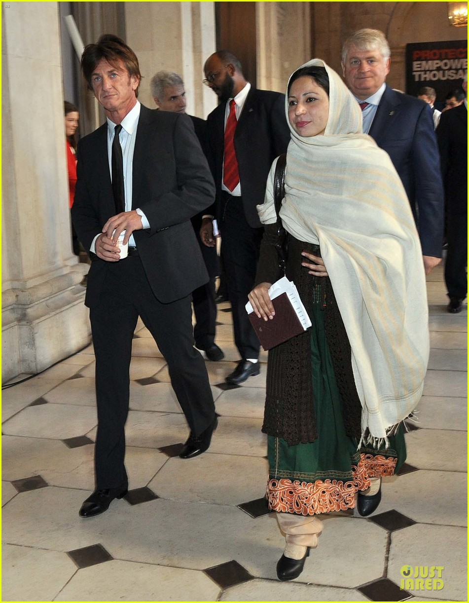 sean penn give special honor to noorzia faridi in dublin 033068274