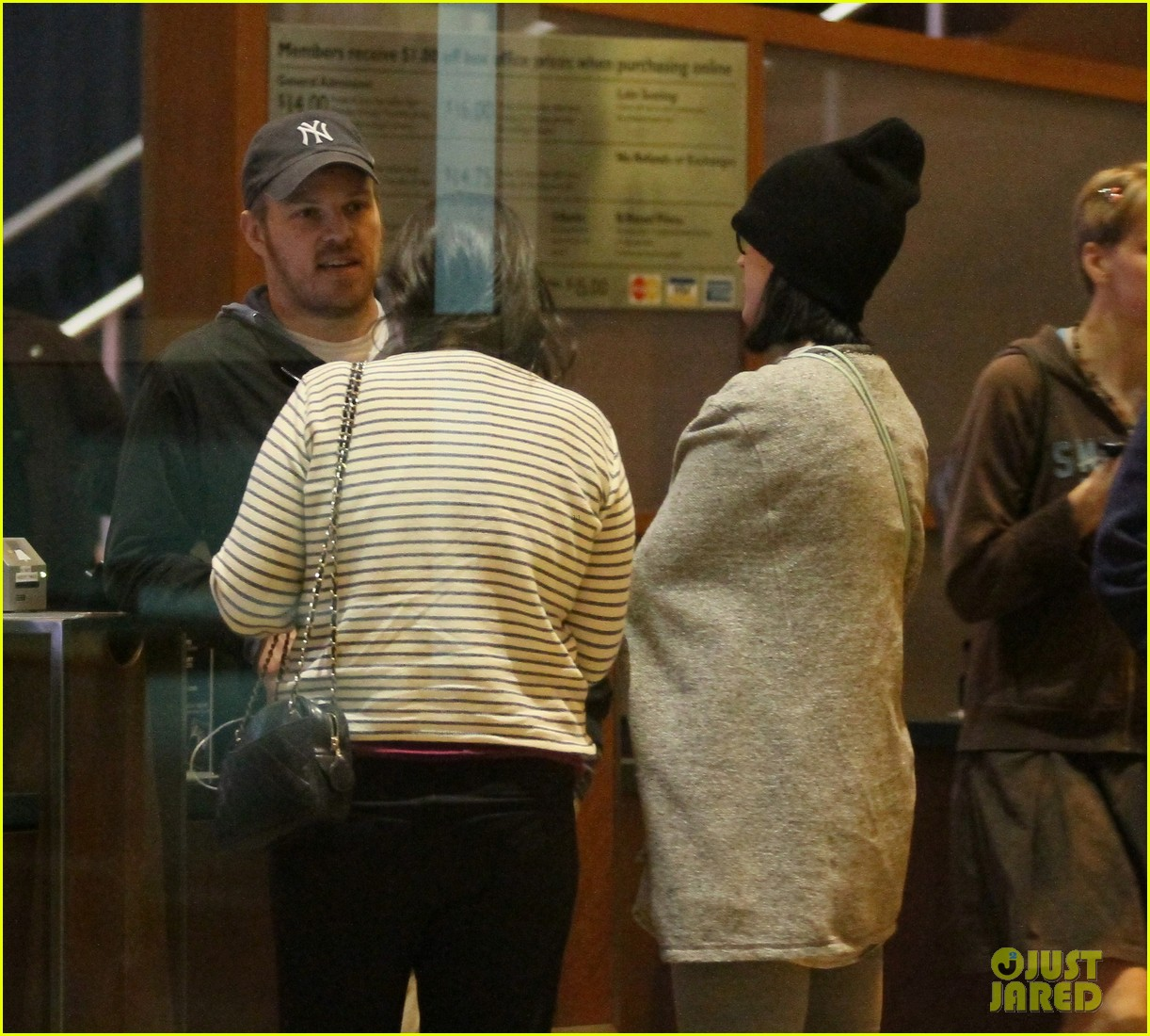 katy perry catches a movie with friends 02