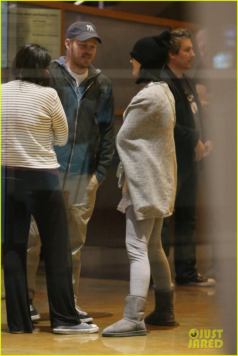 katy perry catches a movie with friends 29