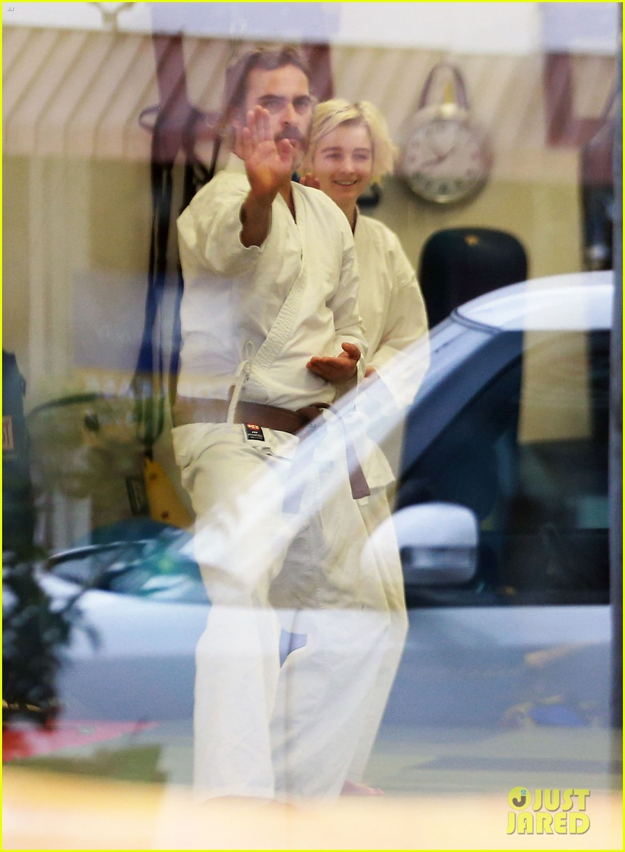 joaquin phoenix allie teilz take karate class on oscar sunday 023065839