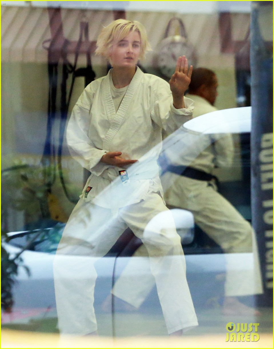 joaquin phoenix allie teilz take karate class on oscar sunday 07