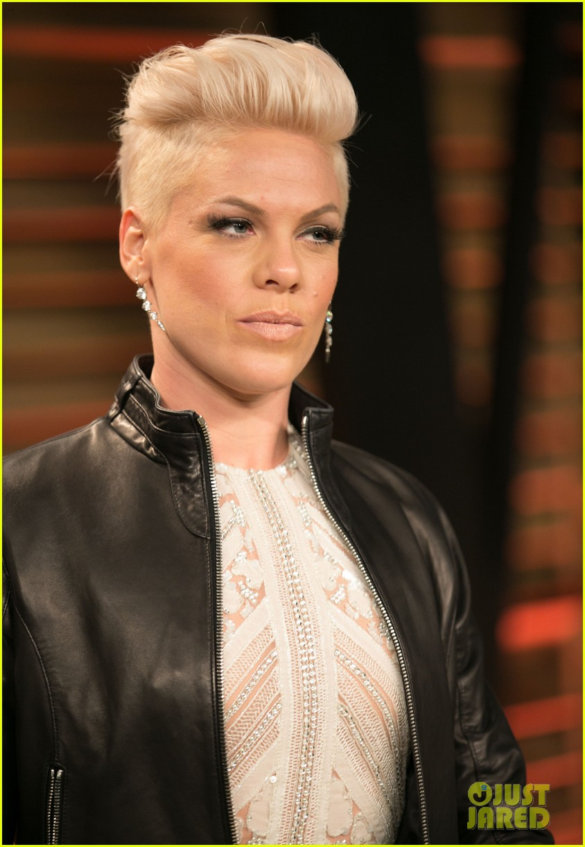 pink attends the vanity fair oscars party 2014 after performing 04