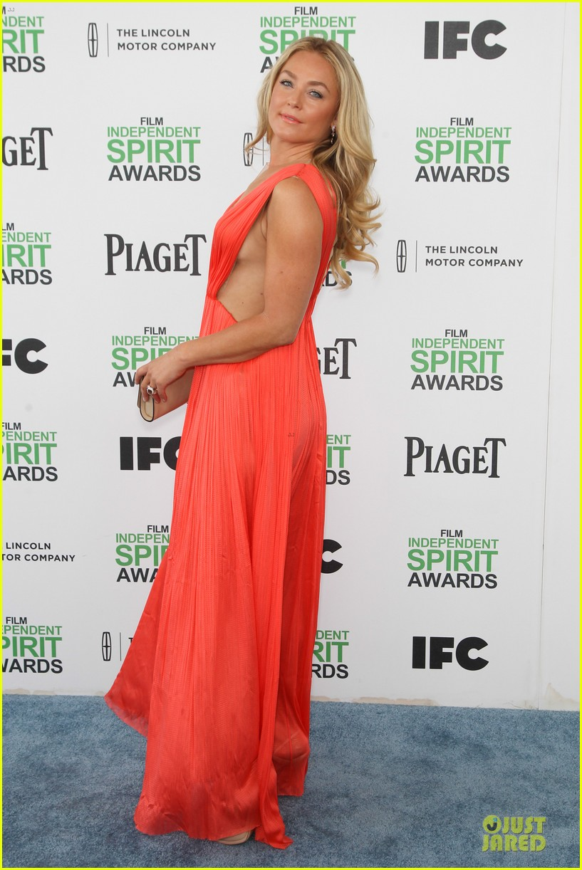 jeremy renner elizabeth rohm exudes american hustle aura at independent spirit awards 2014 01