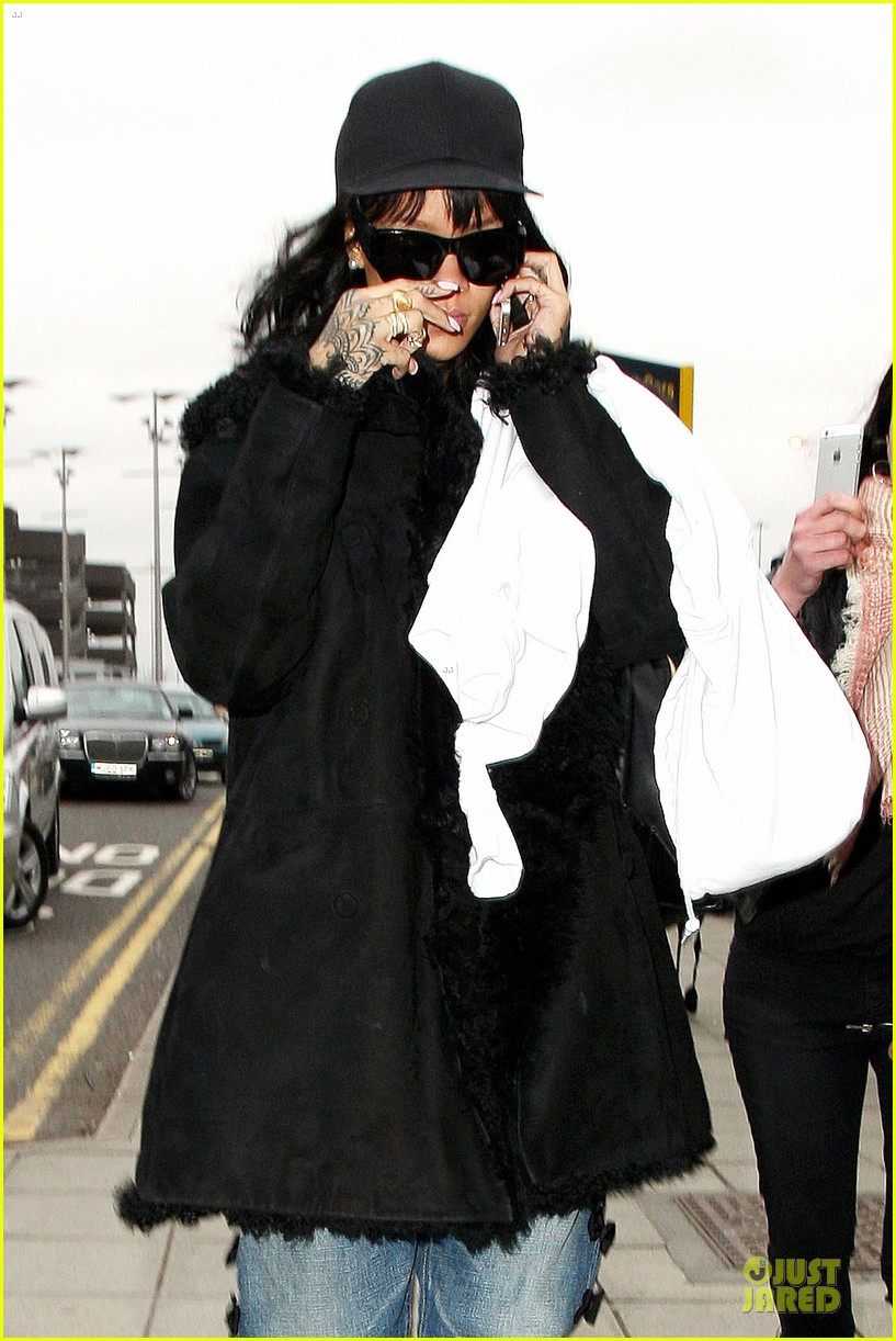 rihanna departs manchester after cozy dinner with drake 20