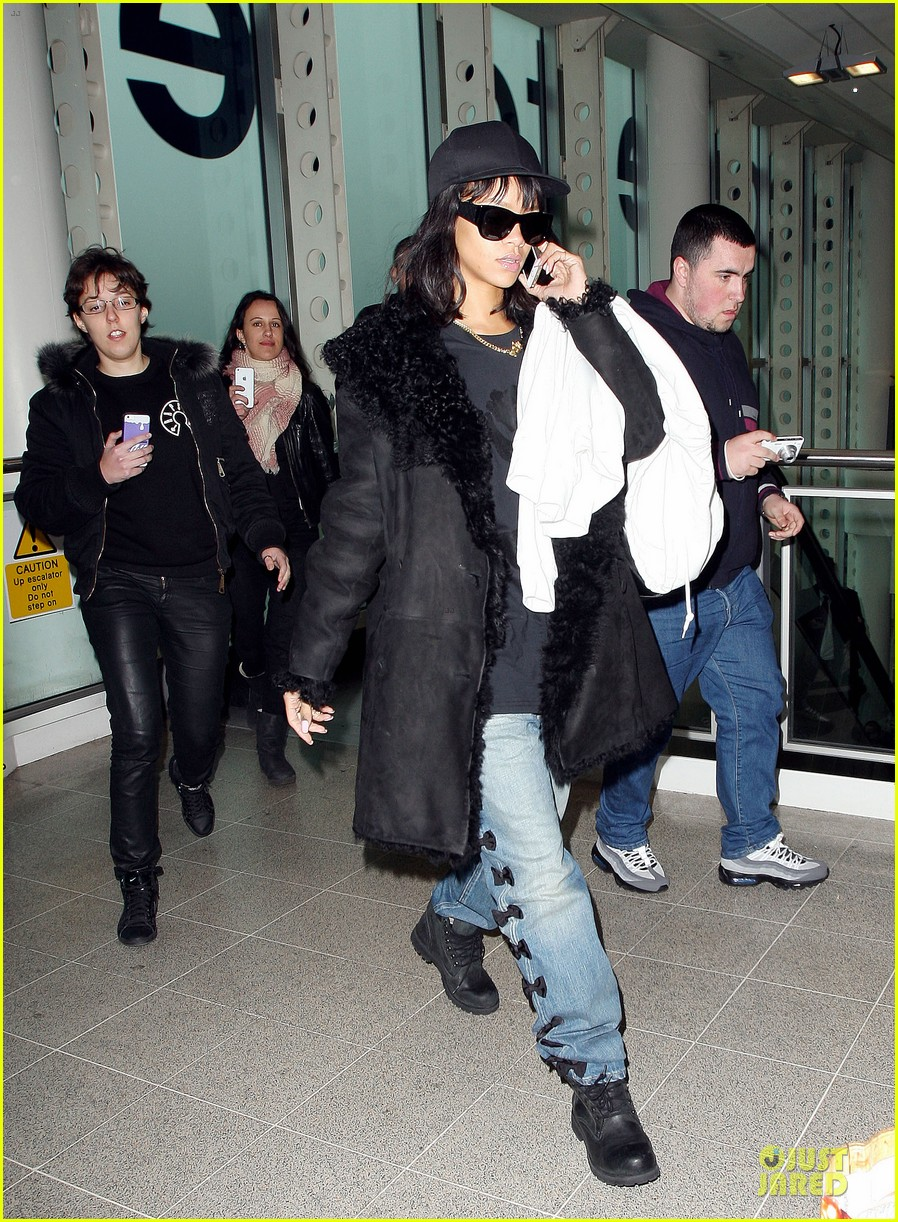 rihanna departs manchester after cozy dinner with drake 30