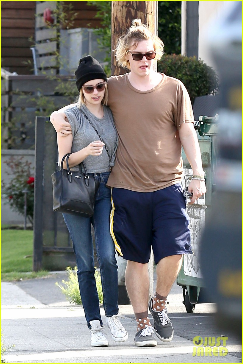 emma roberts evan peters cozy up after sunday lunch 09