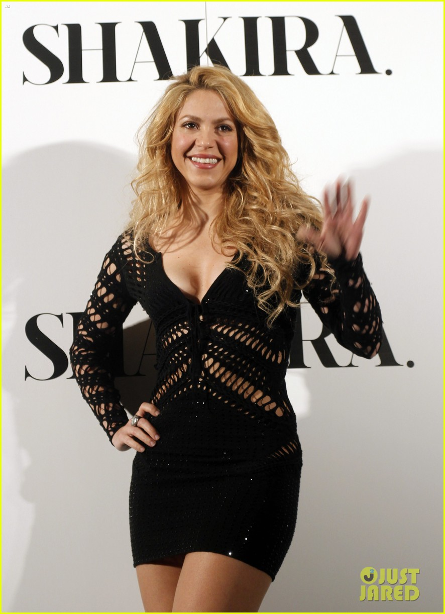 shakira celebrates new album with gerard pique in barcelona 01