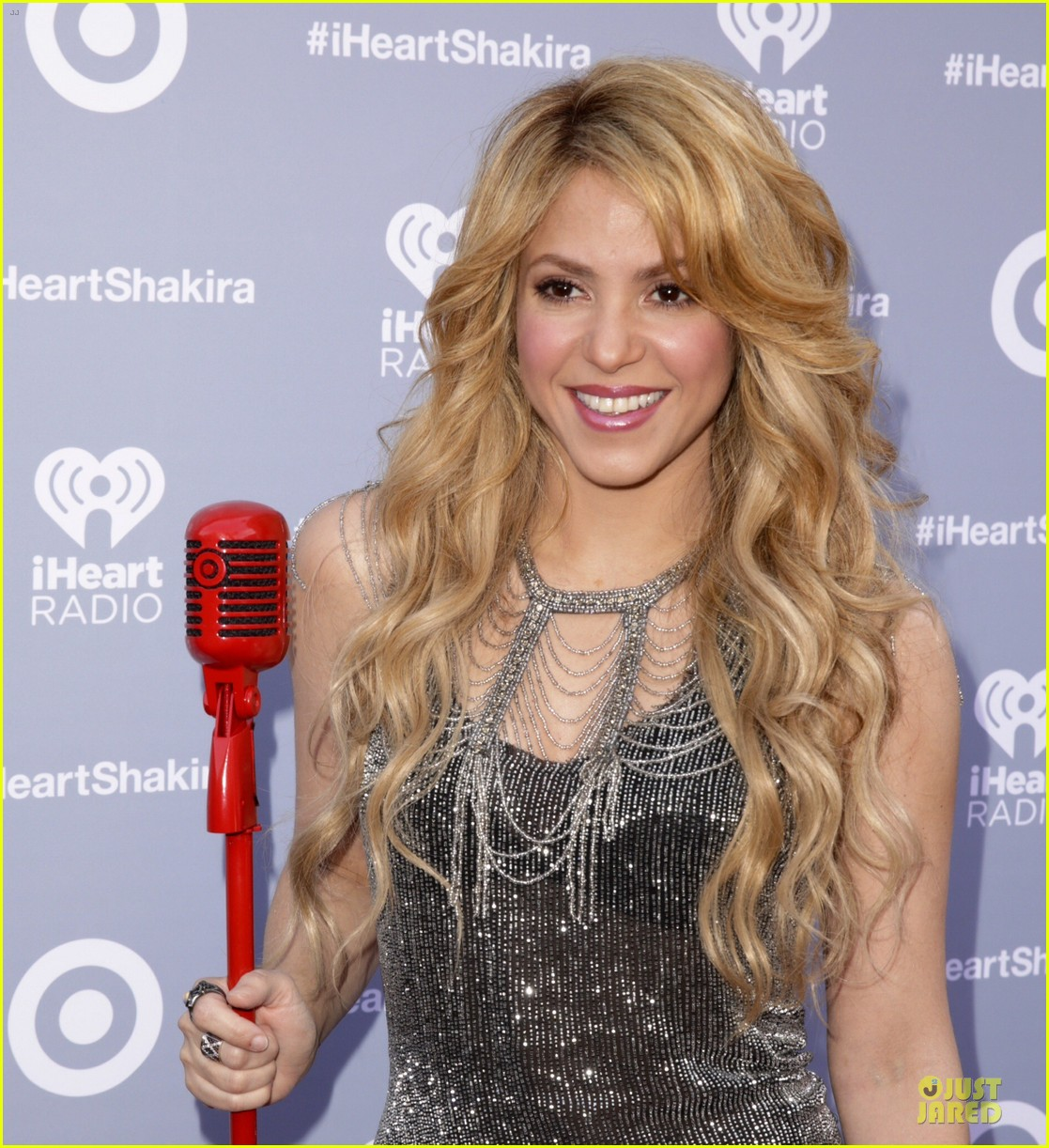 shakira dazzling kissing beauty at album release party 09