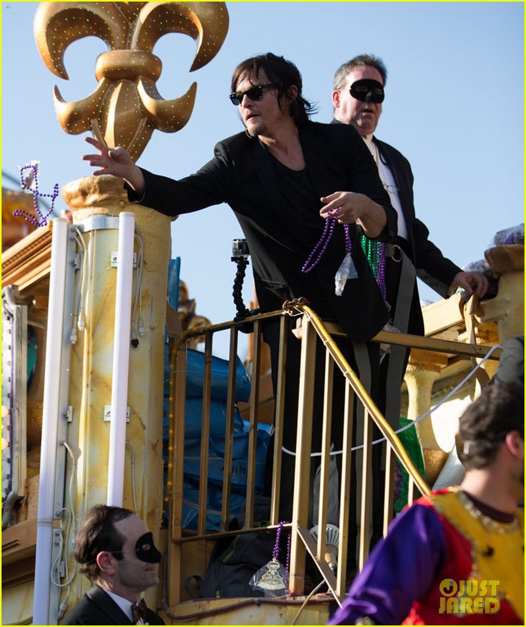 ian somerhalder norman reedus throw mardi gras beads in new orleans 05