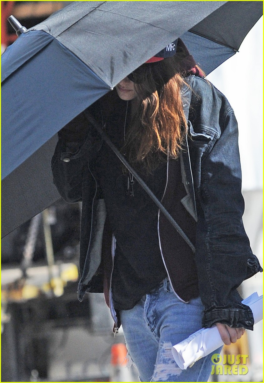 kristen stewart shields herself umbrella 06