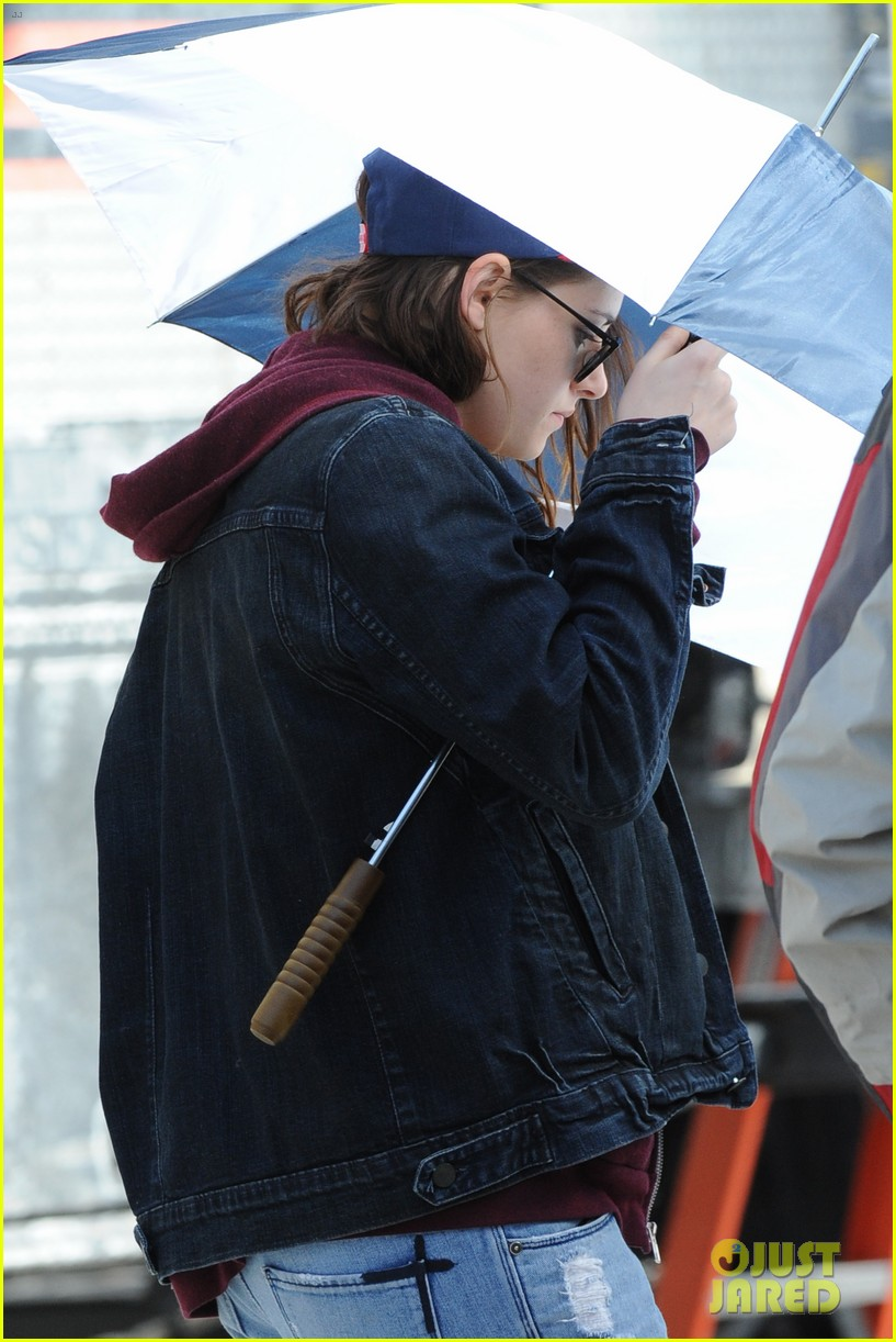 kristen stewart shields herself umbrella 16