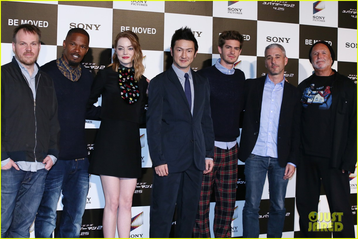 emma stone andrew garfield hit tokyo for amazing spider man 2 press conference 09