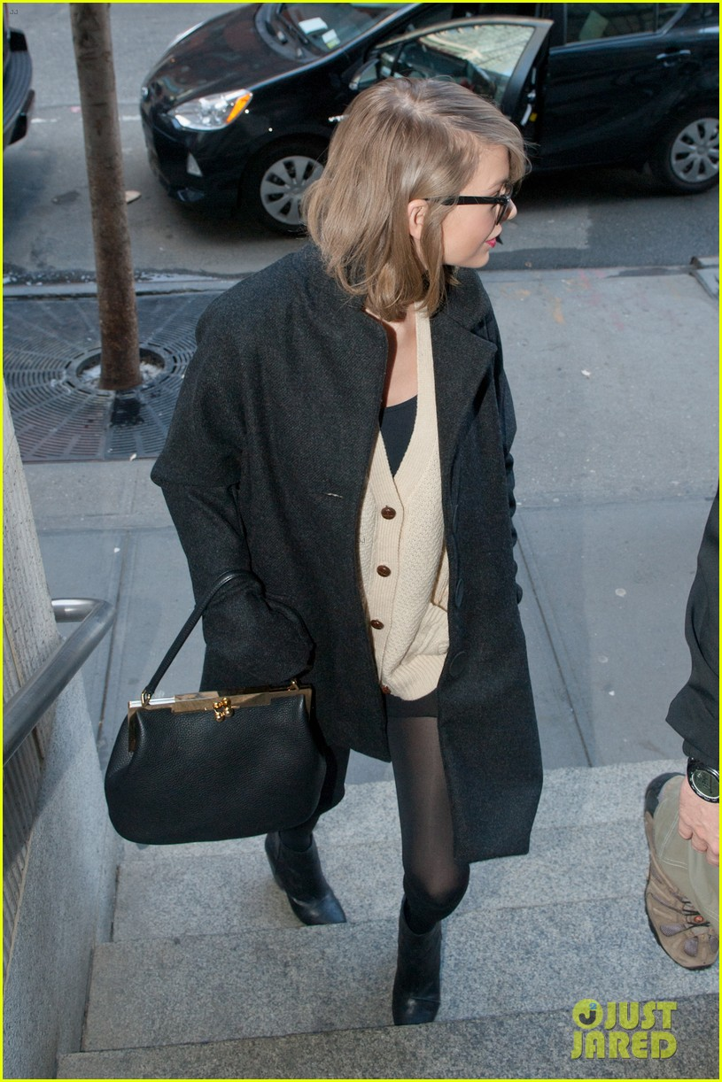 taylor swift childrens hospital visit 113077797