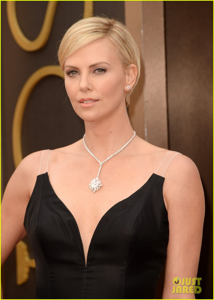 charlize theron stuns in dior on oscars 2014 red carpet 01