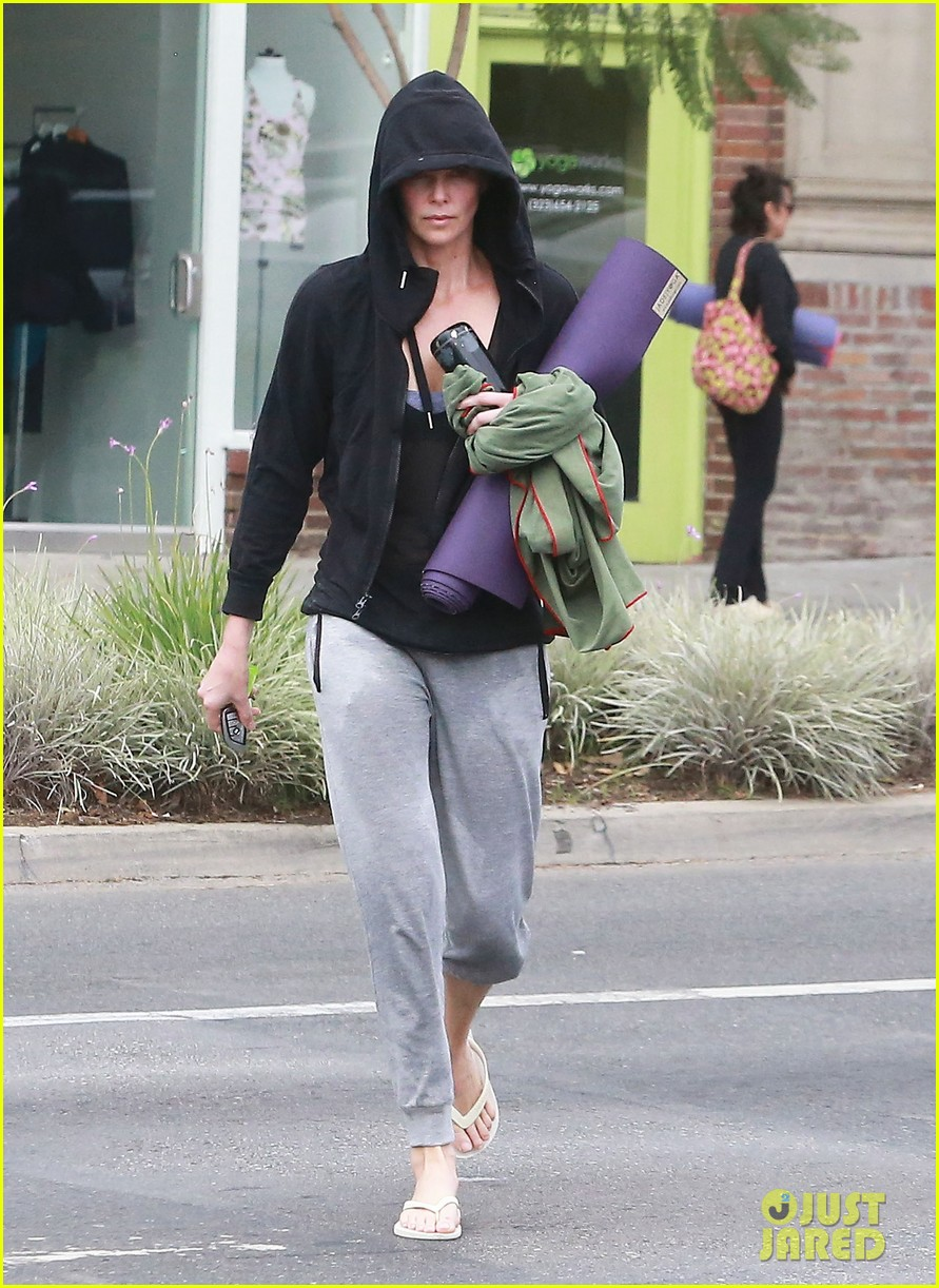charlize theron always looks pretty even on a sunday morning after working out 12