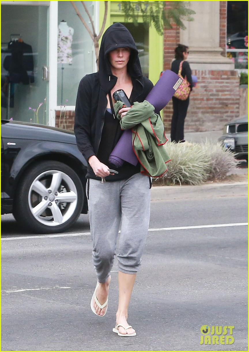 charlize theron always looks pretty even on a sunday morning after working out 14