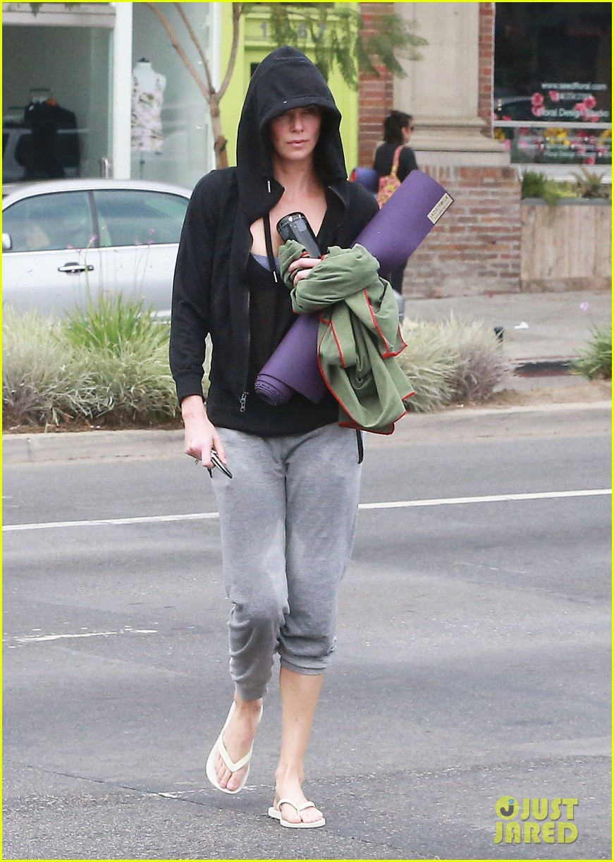 charlize theron always looks pretty even on a sunday morning after working out 15