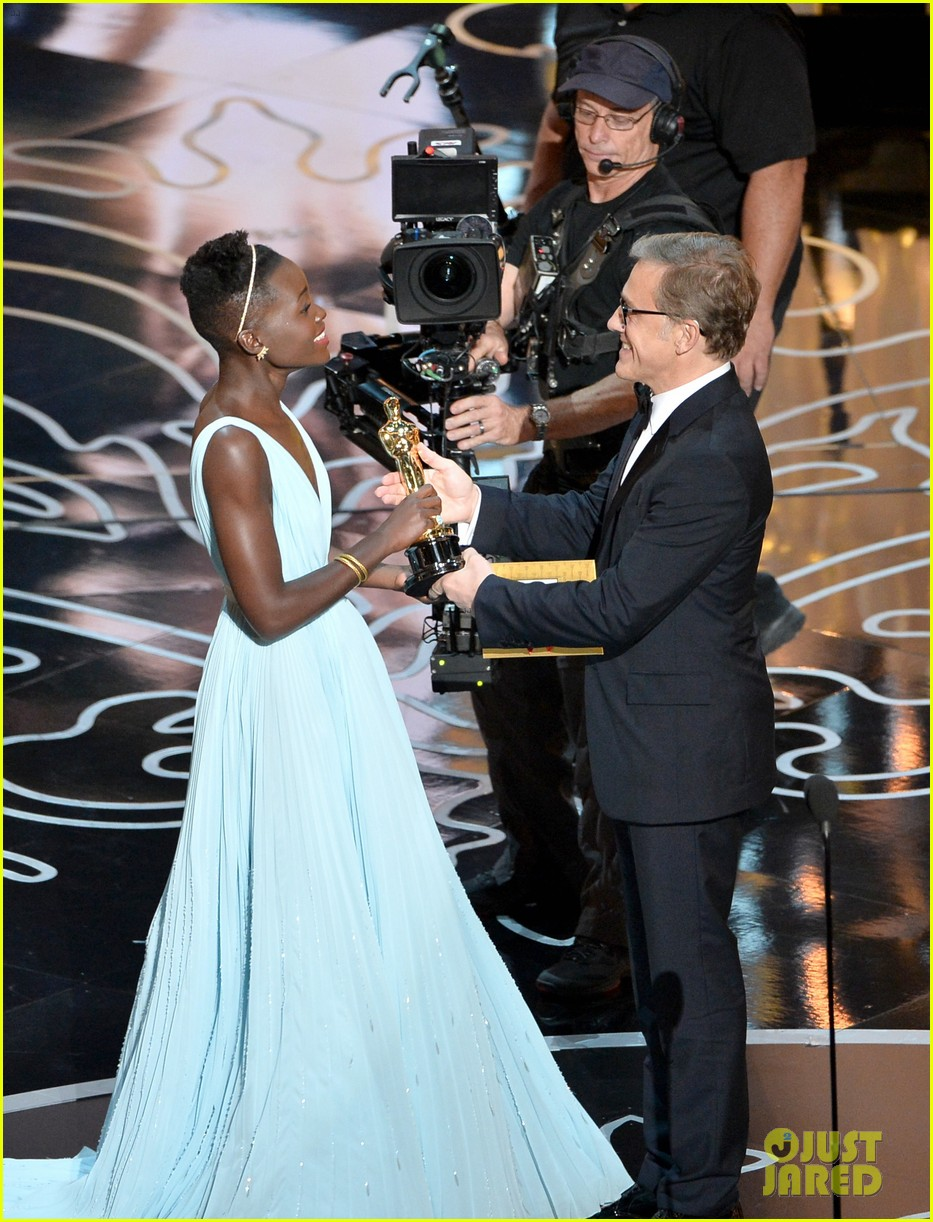 christoph waltz presents to lupita nyongo at oscars 2014 023064174