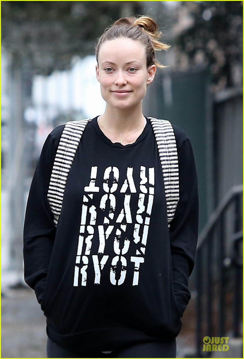 olivia wilde reduces pregnancy fatigue with jason sudeikis shoulder 063066264