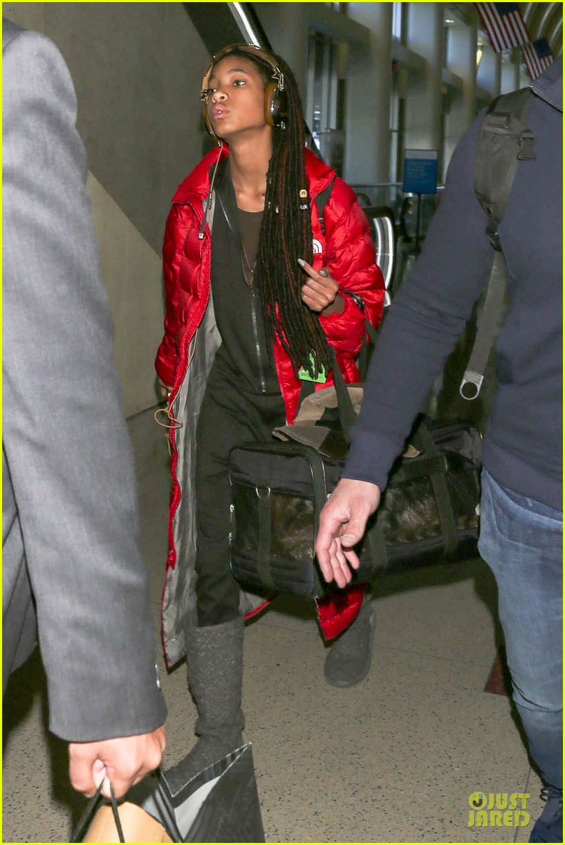 willow smith dreadlocks at lax airport 11