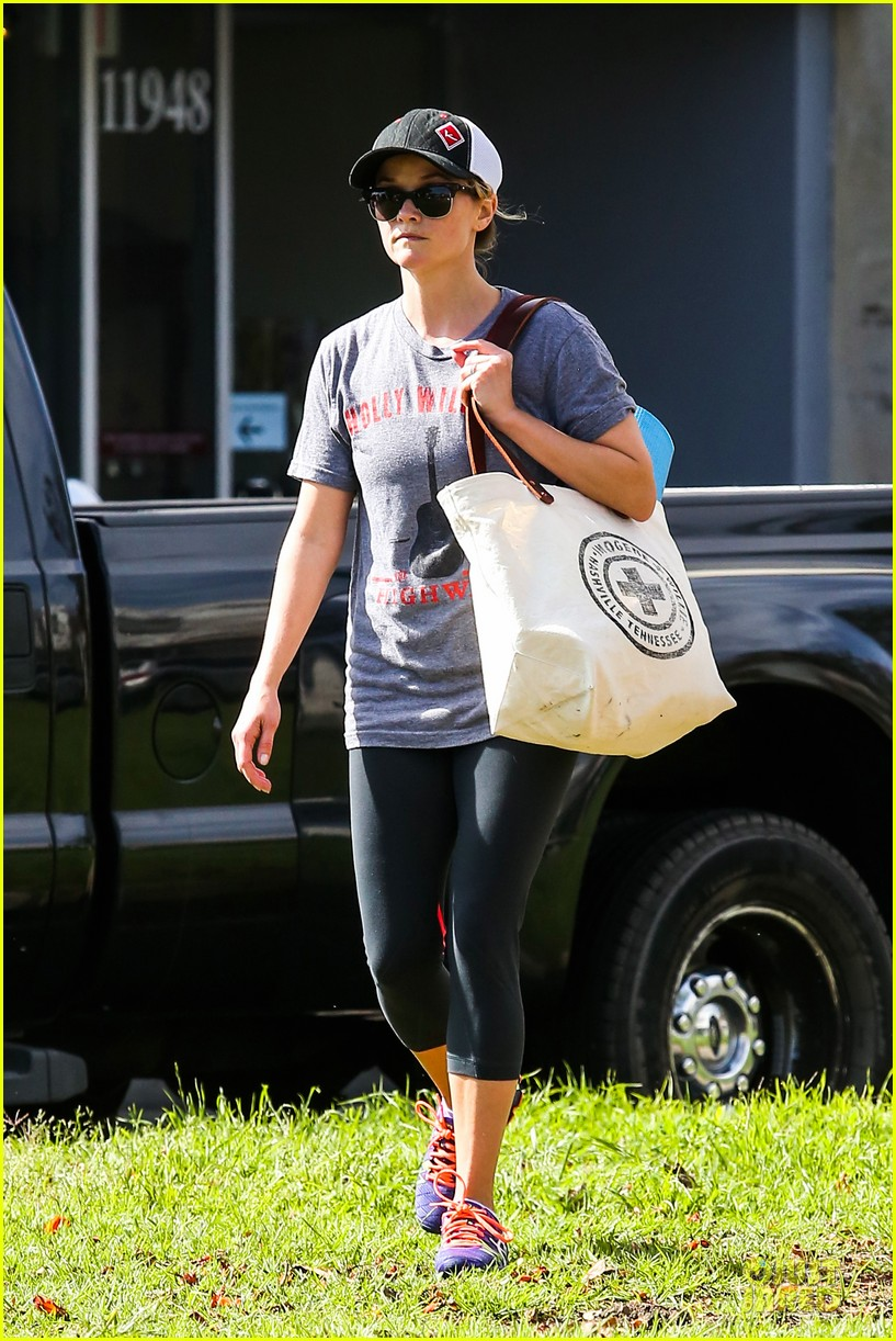 reese witherspoon breaks a sweat with parking ticket 03