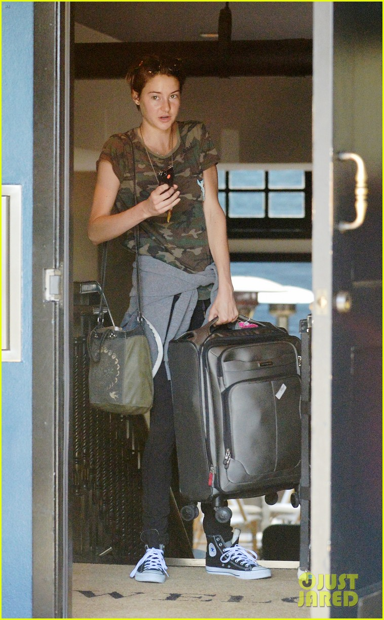 shailene woodley salad before flying 04